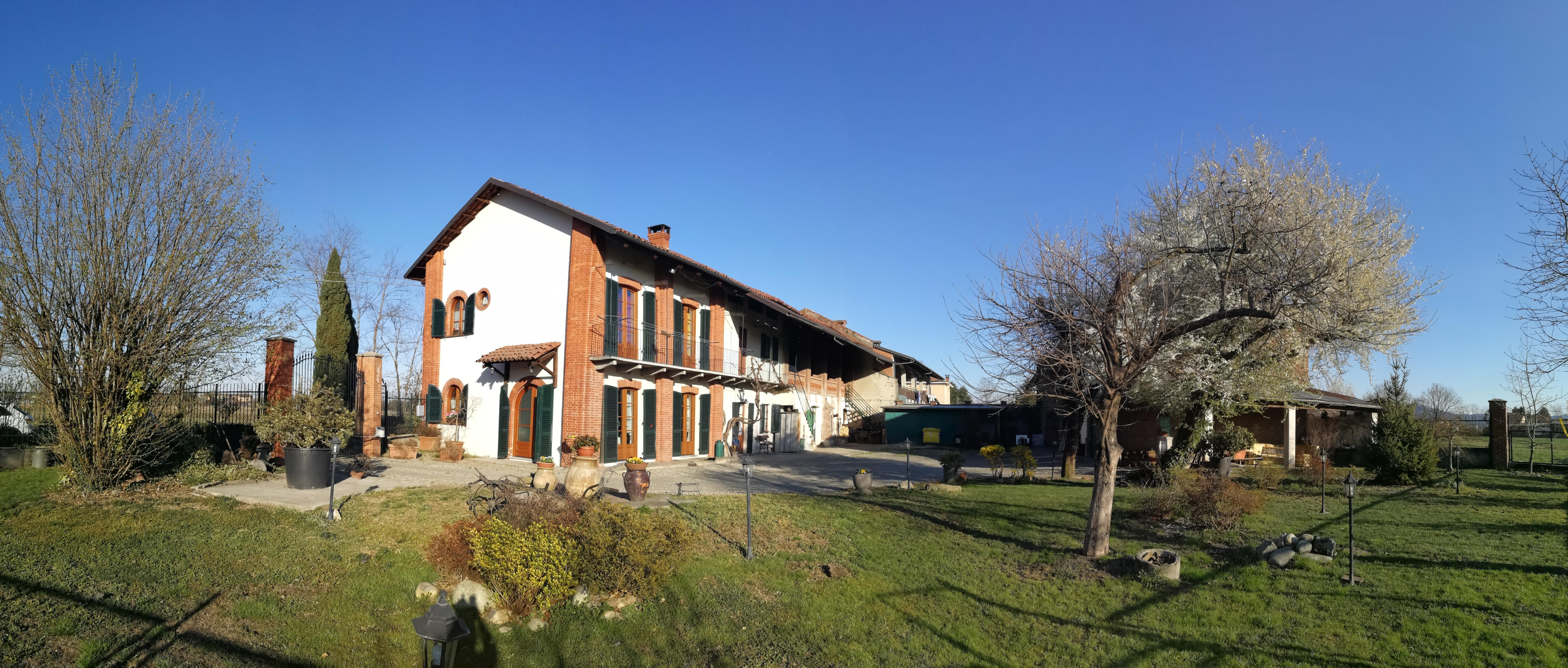 Leinì. Ampio cascinale con tettoie e cortile € 389.000