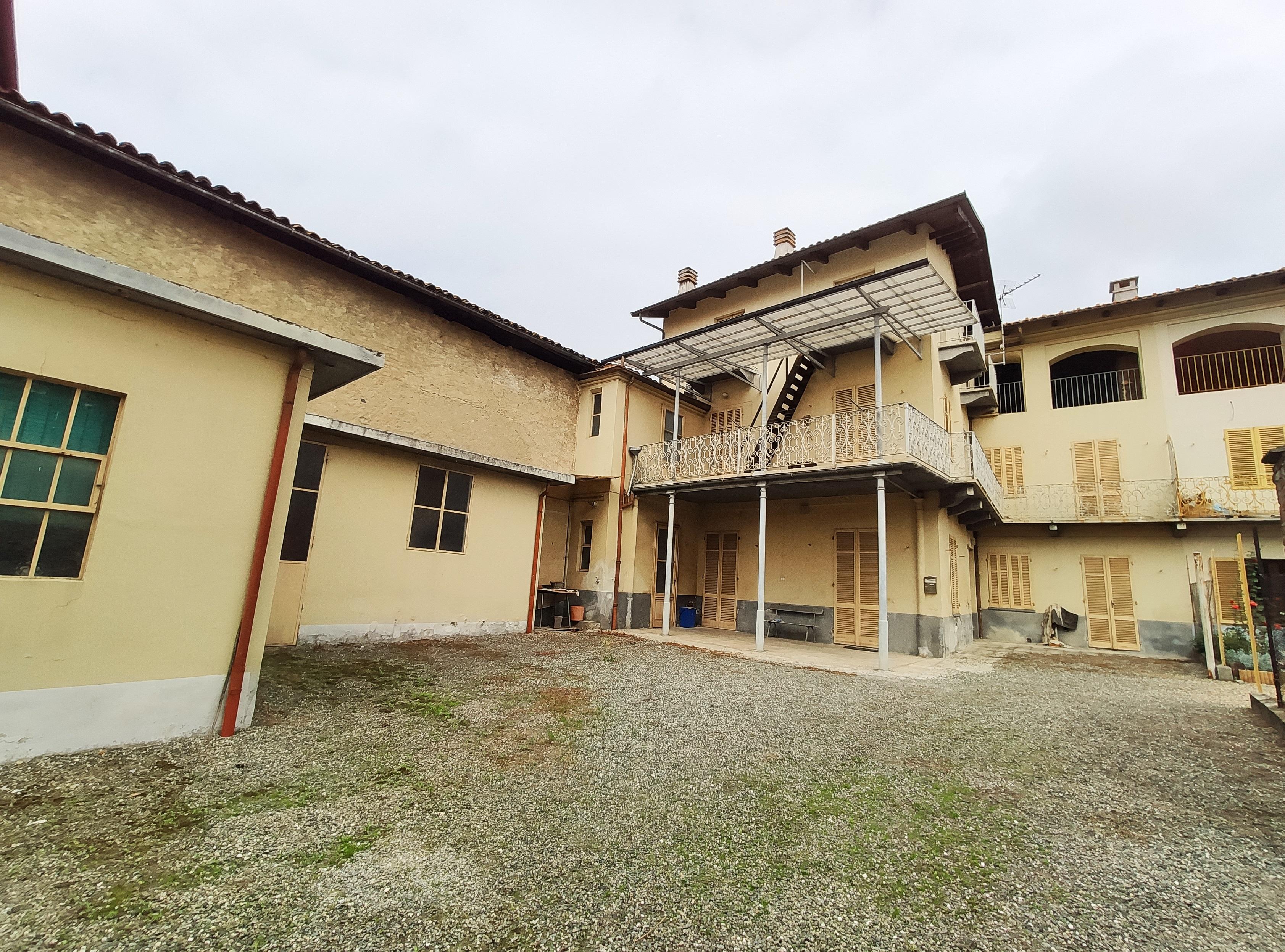Balangero. Centro paese. Porzione di casa con giardino. € 85.000